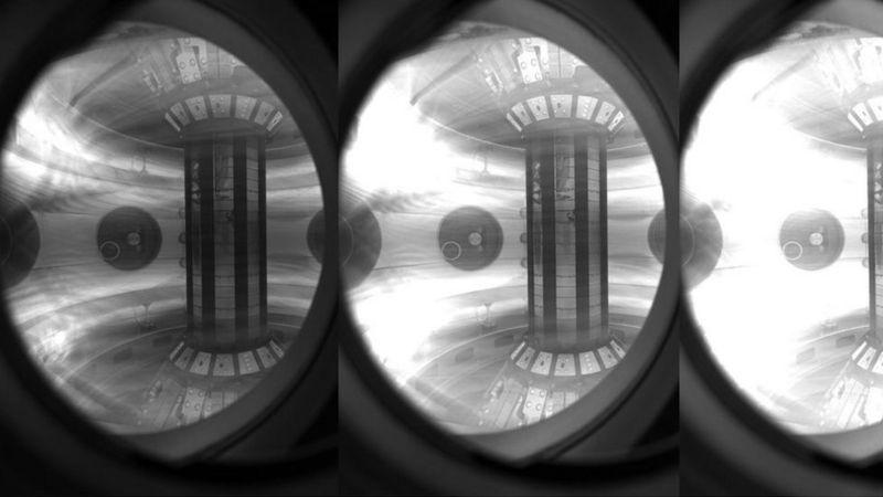 Plasma confinado dentro do reator com poderosos campos magnéticos.
