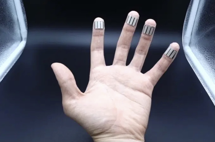 Cientistas criam aparelho capaz de gerar energia pelo suor e pressão dos dedos